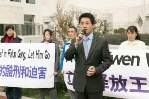 Пэн Юнфэн, бывший адвокат, выступает на пресс-конференции перед китайским посольством в Вашингтоне 24 октября 2014 года. Он сказал, что преследование приверженцев Фалуньгун в Китае ещё продолжается. Фото: Li Sha/Epoch Times