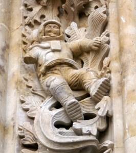Astronauta_de_la_Puerta_de_Ramos_de_la_Catedral_Nueva_de_Salamanca_mutilado-480x541