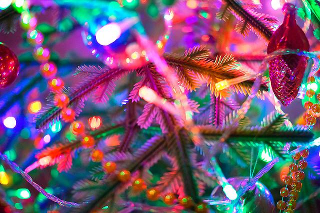 Жители Ростова растащили украшения с поваленной новогодней ёлки