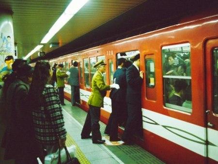 Осии или толкачи в токийском метро. Фото: fukusima-1.ru