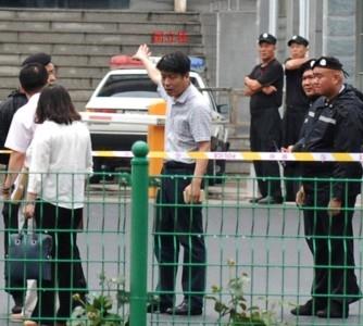 Усиленная охрана у здания Народного суда в Саньхэ провинции Хэбэй. Фото: theepochtimes.com