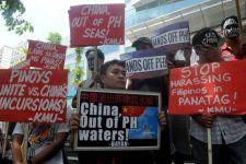 Филиппинцы проводят протест перед посольством Китая в Маниле 7 июля. Они протестуют против притязаний китайских властей на территории в Южно-китайском море. Китай перешёл ко второй фазе строительства островов в спорных территориальных