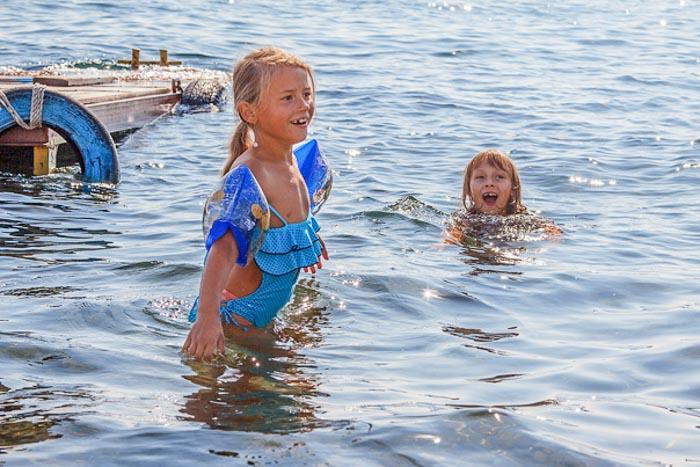 Дети купаются в воде. Фото: Нина Апёнова