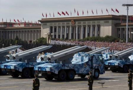 Китайские ракеты во время военного парада в Пекине 3 сентября 2015 года. (КевинFrayer /Getty Images)