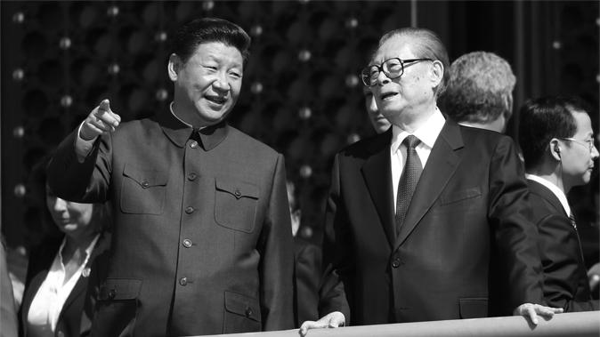 Глава Китая Си Цзиньпин (слева) говорит со своим предшественником Цзян Цзэминем во время военного парада по площади Тяньаньмэнь в Пекине