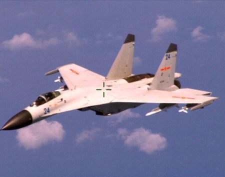 Китайский истребитель J-11 пролетает мимо американского патрульного самолёта в Южно-китайском море