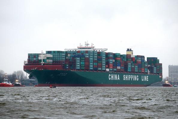 Грузовое судно CSCL Globe, принадлежащее China Shipping Group, прибывает в Гамбург, Германия 13 января 2015 года. Судно вмещает 19 000 контейнеров. Это самое крупное контейнерное судно в мире. Фото: Joern Pollex/AFP/Getty Images
