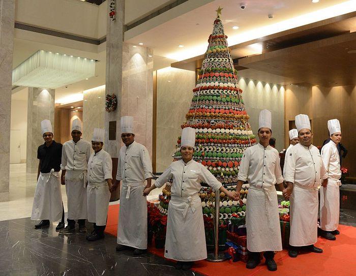 Индийские повара изготовили ёлку для постояльцев отеля. Фото: SAM PANTHAKY/AFP/Getty Images