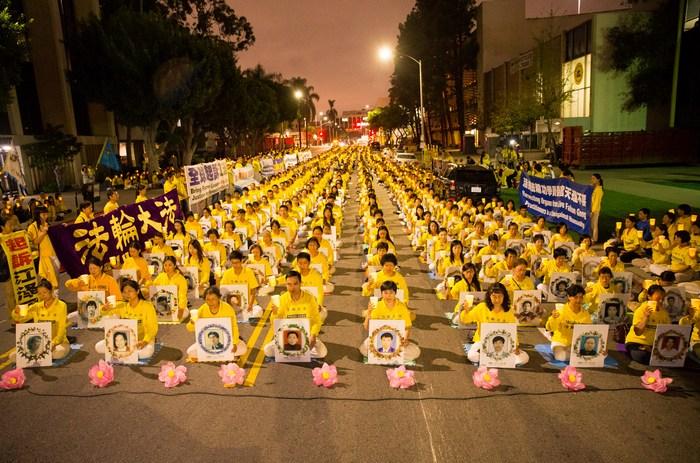 Последователи Фалуньгун проводят мероприятие с зажженными свечами в память своих единомышленников, погибших от репрессий в Китае. Лос-Анджелес, США. 2015 год. Фото: minghui.org