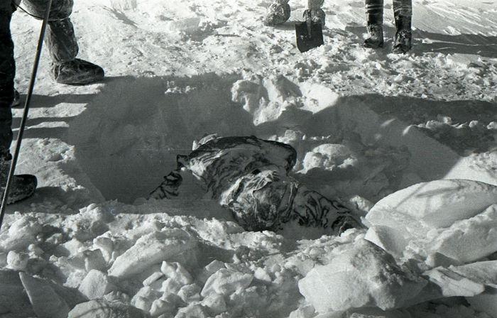 Найденное тело одного человека из группы Дятлова. Фото: Oaktree b/wikipedia.org/Public Domain