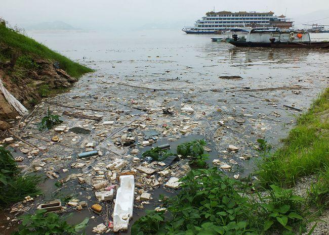 Общий вид плавающего мусора на реке Янцзы в верхнем течении от плотины Три ущелья на 15 июля 2013 года в Ичан, Хубэй провинция Китая. Каждый год сезонные наводнения вызывает большое накопление мусора в реке Янцзы. Мусор собирают местные рыбаки, желая подработать. Фото:  ChinaFotoPress/Getty Images