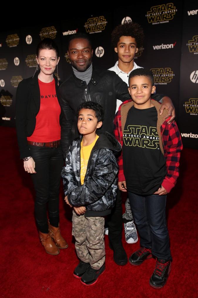 Актёры Джессика Ойелоуо и Дэвид Ойелоуо вместе с детьми посещают мировую премьеру «Звёздных войн» в Dolby, Голливуда, Калифорния, 14 декабря 2015 г. Фото: Jesse Grant/Getty Images/Disney