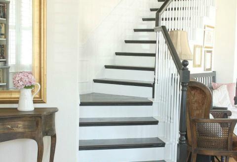 Чёрно-белое оформление. Фото: Hometalker Redoux Interiors