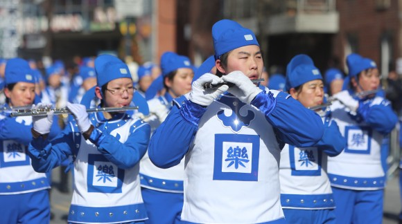 Небесный оркестр Фалуньгун принимает участие в параде, посвящённом китайскому Новому году во Флашинге, 13 февраля 2016 г. Фото: Benjamin Chasteen/Epoch Times