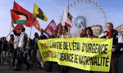 Французы вышли на улицы в знак протеста против продления режима чрезвычайного положения в стране.