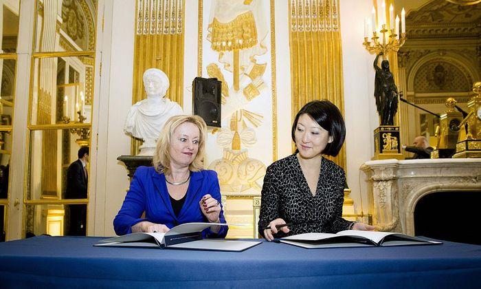 Голландская и французская сторона подписывают соглашение о совместной покупке картин. Фото: BART MAAT/AFP/Getty Images)