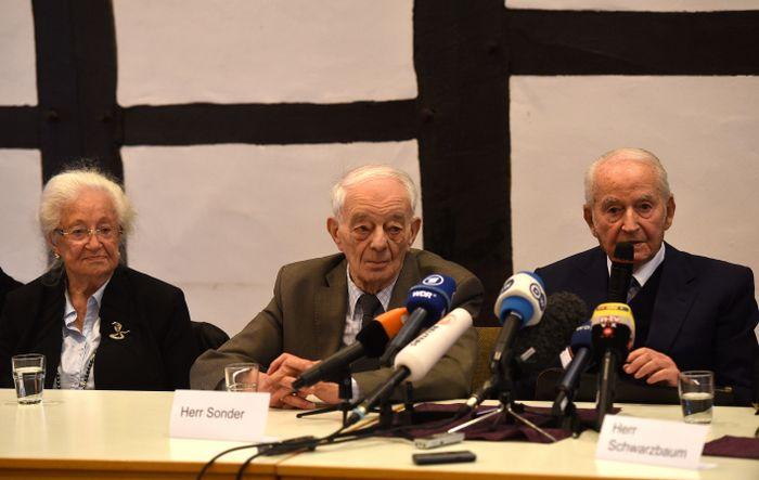 Бывшие узники Освенцима Эрна де Врис, Джастин Сондер и Леон Шварцбаум принимают участие в пресс-конференции. Фото: PATRIK STOLLARZ/AFP/Getty Images
