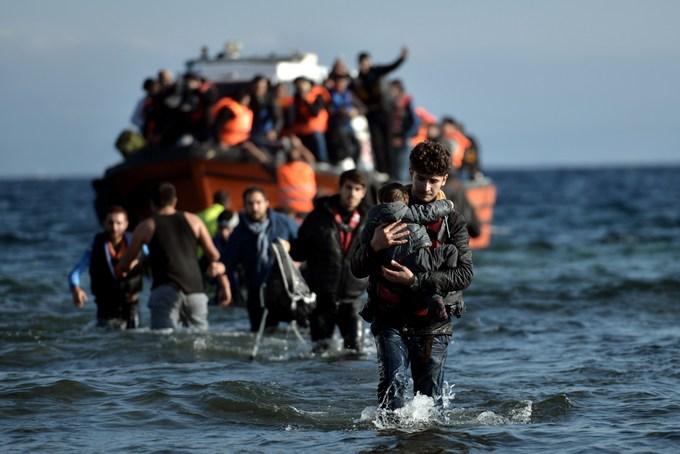 Европа опасается, что летом поток беженцев возрастёт. Фото: ARIS MESSINIS/AFP/Getty Images