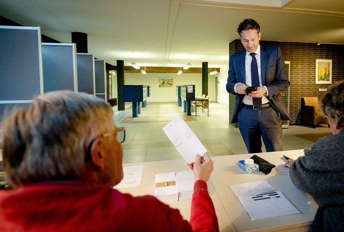 Министр финансов Нидерландов Йерун Дийссельблем голосует на референдуме. Фото: ROBIN VAN LONKHUIJSEN/AFP/Getty Images