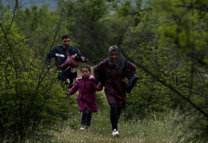 Сирийские беженцы пытаются пробраться вглубь Европы. Фото: JOE KLAMAR/AFP/Getty Images