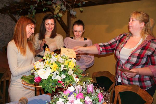 Иванна Довженко (справа) награждает участников конкурса. Фото: Алла Лавриненко/Великая Эпоха