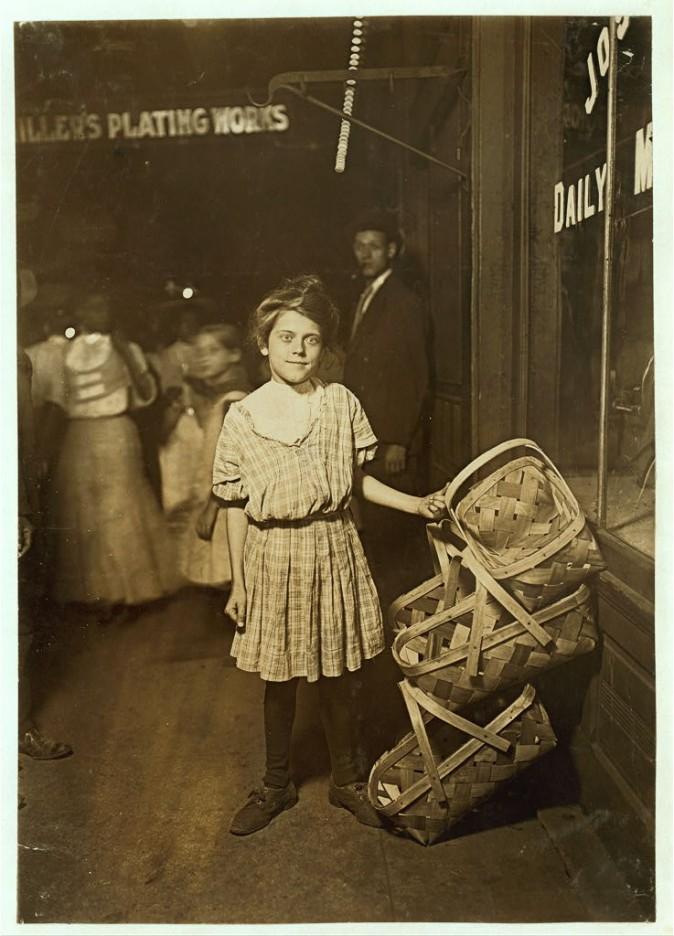 Продавщица корзин Антуанетта Симингер, 12 лет. Цинциннати, штат Огайо, август 1908 г. Фото: L.W. Hine/LOC