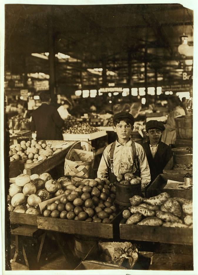 Продавец фруктов на рынке в Индианаполис, август 1908 г. Фото: L.W. Hine/LOC