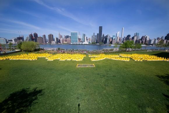 Более 1000 последователей Фалуньгун из Нью-Йорка, Тайваня и других азиатских стран сформировали иероглифы «Фалунь Дафа» в парке Гантри-плаца в Нью-Йорке 12 мая 2016 г. Фото: Larry Dye/Epoch Times