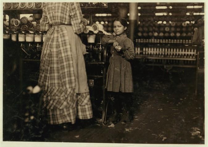 Маленькая Фанни, 7 лет, помогает своей сестре на фабрике. В их семье 19 детей. Штат Теннесси, ноябрь 1910 г. Фото: L.W. Hine/LOC