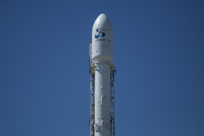 Первая ступень ракеты Falcon 9 приземлилась в океане