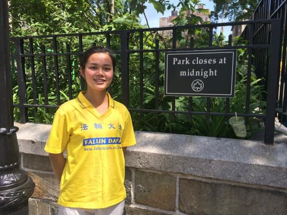 Джой Сюэ, последовательница Фалуньгун из Новой Зеландии, в парке в Нью-Йорке. Фото: Epoch Times