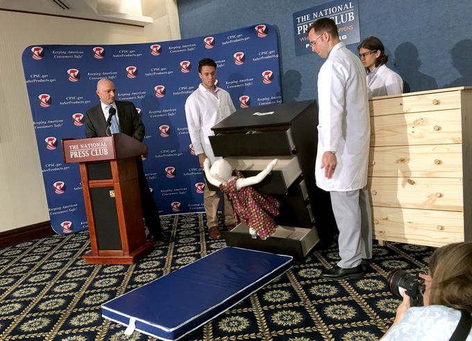 Сотрудники IKEA и Комиссии США по безопасности потребительских товаров проводят эксперимент с комодами MALM. Фото: CARLOS HAMANN/AFP/Getty Images