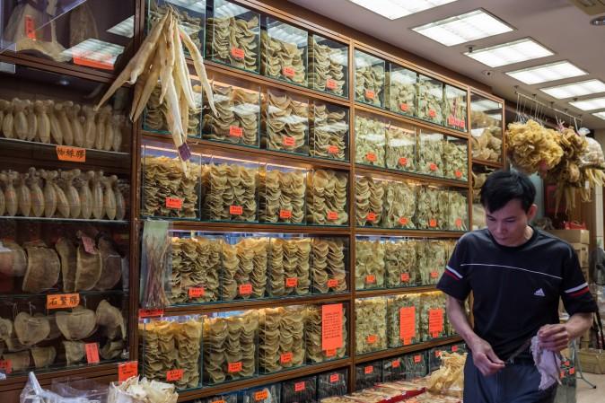 Различные сорта сушёных рыб и акульих плавников (вверху слева) в магазине в Гонконге, 29 марта 2016 года. Фото: Anthony Wallace/AFP/Getty Images