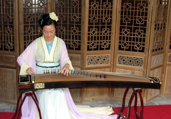 Китаянка играет на классическом гучжэне, Сучжоу, Китай, 2006 г. Фото: G41rn8/CC BY-SA 4.