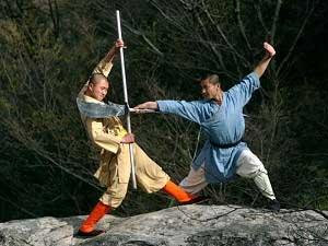 Воины-монахи храма Шаолинь демонстрируют искусство кун-фу на горе Суншань  рядом с храмом в Дэнфэн, провинция Хэнань, Китай. Фото: Cancan Chu/Getty Images