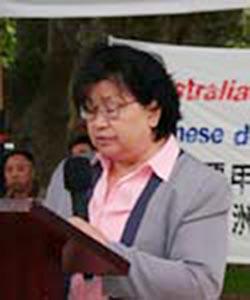 Г-жа Мо Бэй выступает на собрании в Сиднее в поддержку 15 миллионов китайцев, вышедших  из коммунистической партии Китая. Фото: Великая Эпоха