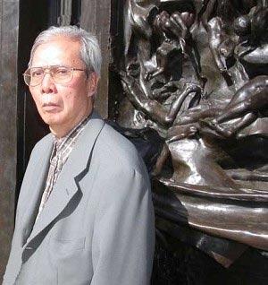 Вьетнамский поэт Нуиен Чи Тиен на фоне известного скульптурного монумента Родена *Врата Ада* в Стэнфордском университете (Фото: Джин Либби/ http://vietamreview.blogharbor.com)