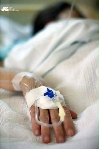 مريضة يد فيها مغذي في المستشفى شباب
