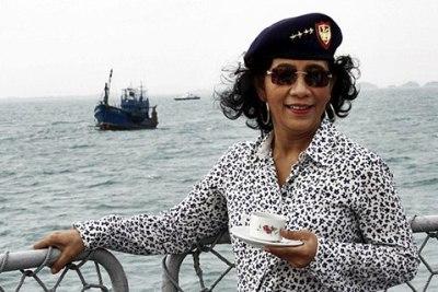 Menteri Kelautan dan Perikanan Susi Pudjiastuti menunggu detik-detik peledakan kapal nelayan asal Thailand di Selat Dempo, Kepri, Senin (9/2). Kapal bersama 12 nelayan asing itu ditangkap oleh Kapal Patroli (KP) Hiu 009 Bakorkamla saat menangkap ikan dengan jaring pukat harimau (trawl) di perairan Tambelan, Kepri bulan November 2014 lalu . ANTARA FOTO/Joko Sulistyo/ed/ama/15