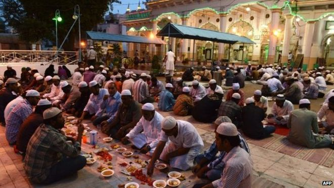 Foto Muslim India berbuka puasa bareng