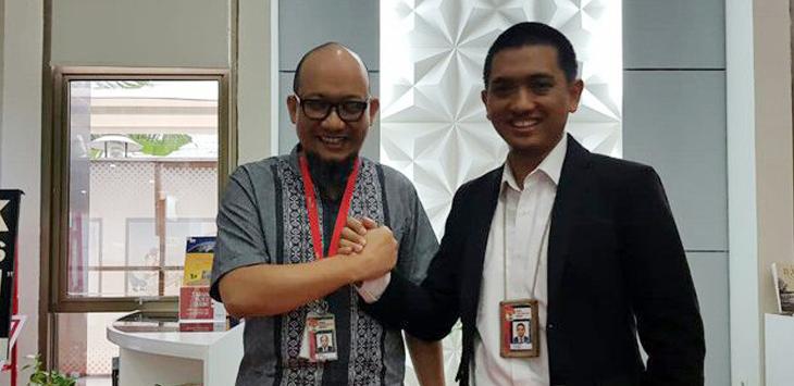 Ketua WP KPK, Yudi Purnomo (kanan) bersama penyidik senior Novel Baswedan (kiri). (dok JawaPos.com)