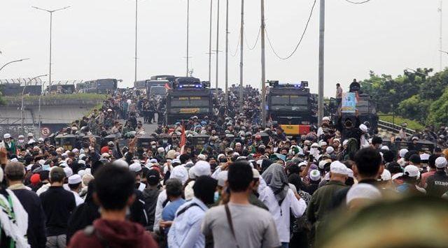 Masa simpatisan Habib Rizieq Shihab diblokade aparat kepolisian karena ingin merangsek ke PN Jakarta Timur, Kamis (24/6/2021). Foto: JawaPos.com
