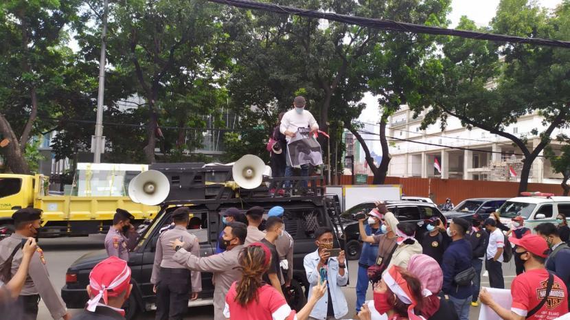 Demonstrasi dukung interpelasi PDIP PSI terhadap Gubernur DKI Jakarta, Anies Baswedan, berlangsung singkat dan rusuh di DPRD DKI Jakarta, Senin (6/9).