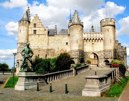 Het Steen: un castillo frente al río