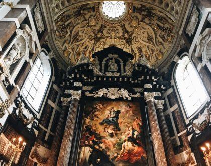 Un espectáculo único | El cambio de cuadros en la iglesia de San Carlos Borromeo