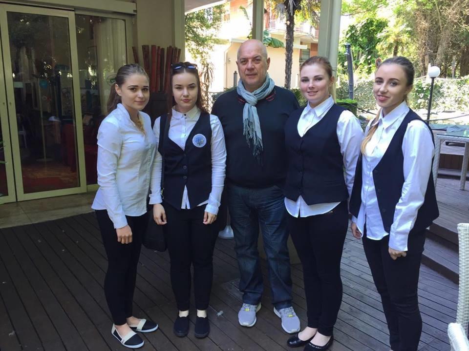 A tu dziewczęta z hotelarstwa z właścicielem sieci hoteli Kursaal w Rimini