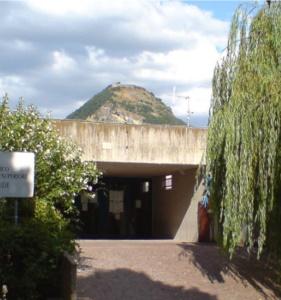 Wejście główne do szkoły w Novafeltrii