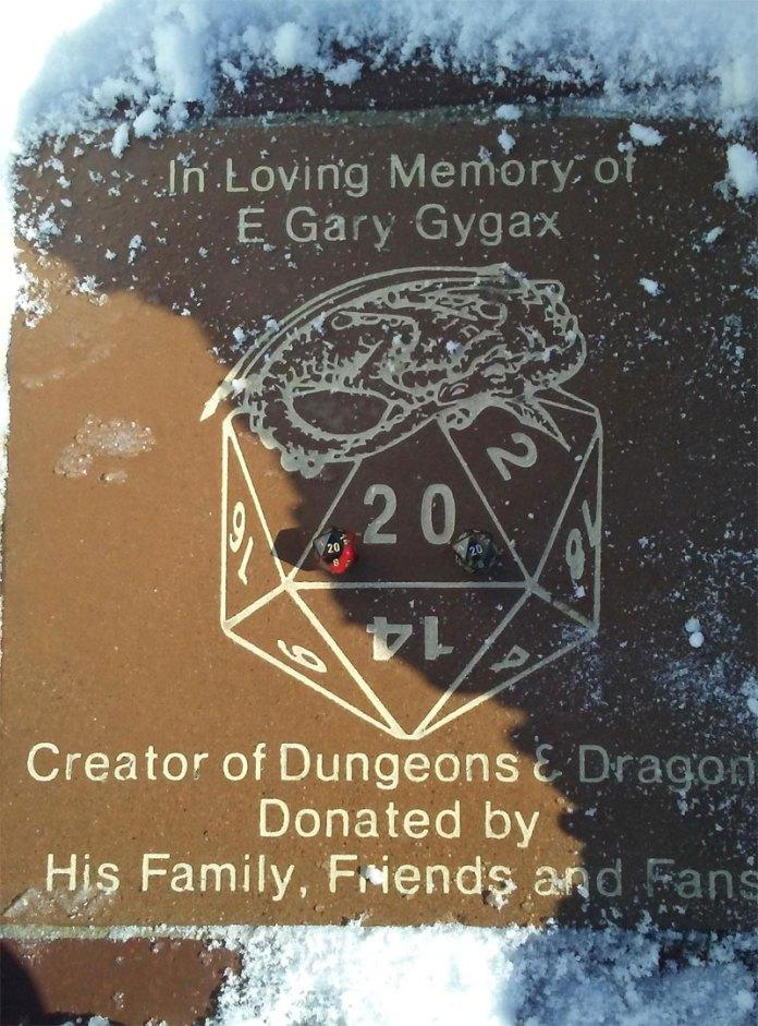 Placa de Gary Gygax con dos d20