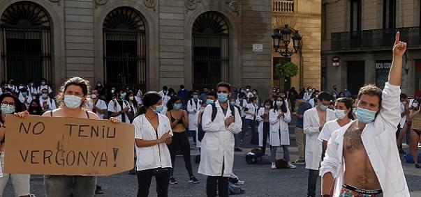 Ισπανία: Γιατροί έβγαλαν τα ρούχα τους για να δείξουν τη «γύμνια» του δημόσιου συστήματος υγείας
