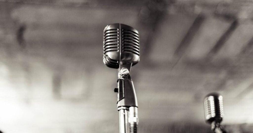 Επιθετική πολιτική στην τέχνη της μουσικής. Ποινικοποιείται και η χρήση μικροφωνικής εγκατάστασης